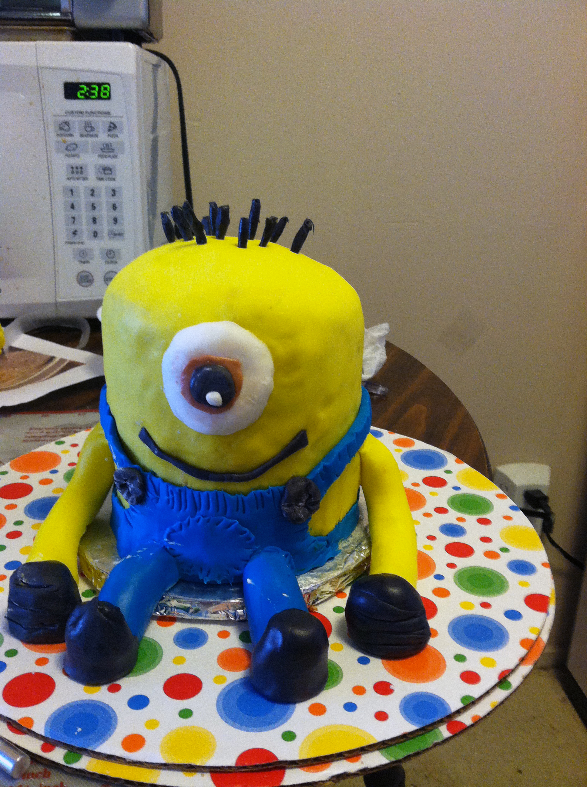 Despicable me minion cake bakers and best last add a goggle with accompanying strap to complete making your minion the fondant will help keep in moisture so you can keep this at room temperature baditri Image collections